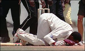 Brian Lara kisses the ARG pitch after scoring the Highest Test score in history